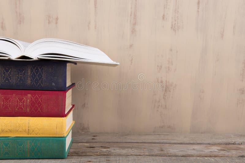 Edukaci i czytania pojęcie - grupa kolorowe książki na drewnianym stole zdjęcie royalty free