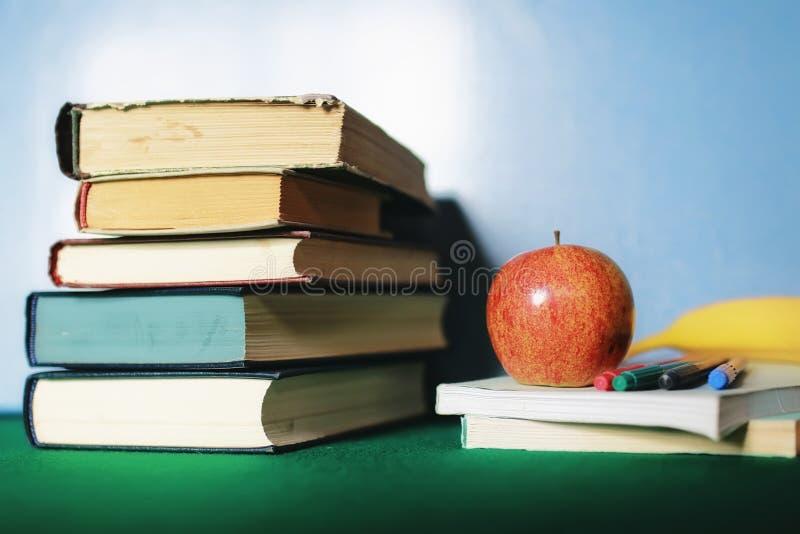 Edukaci pojęcia książek sterta, jabłko i pióro, fotografia stock