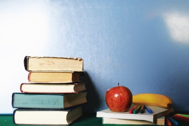 Edukaci pojęcia książek sterta, jabłko i pióro, obrazy stock