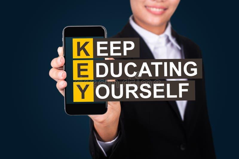 Edukaci pojęcie, Szczęśliwy bizneswomanu przedstawienia teksta utrzymanie, kształci zdjęcia stock