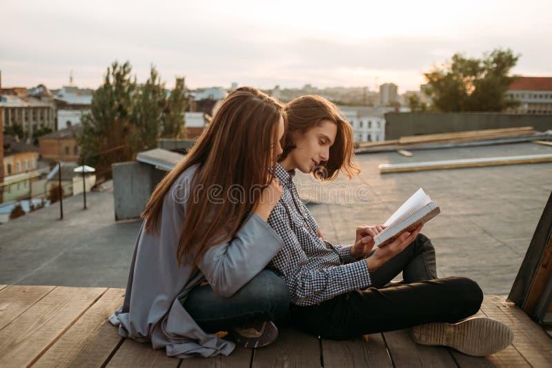 Edukaci studiowanie uczy się informacja czytającą książkę obrazy stock