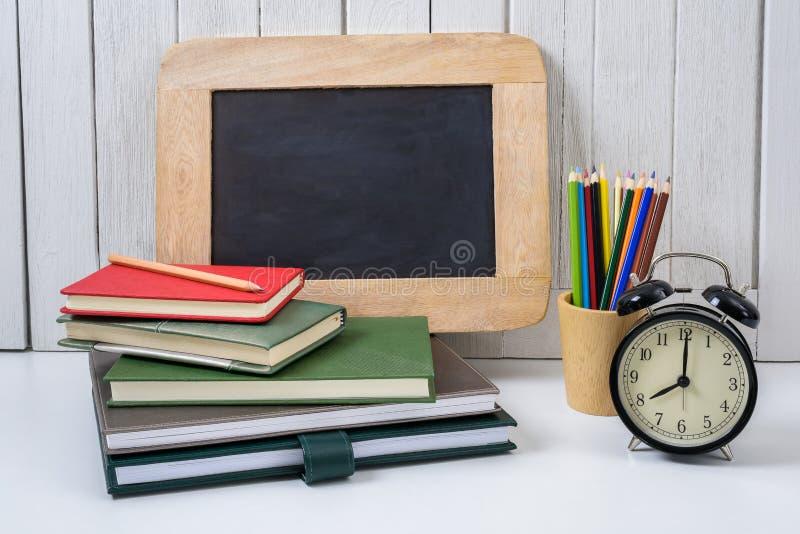 Edukaci workspace tła pojęć budzik, kolor Penci zdjęcie stock