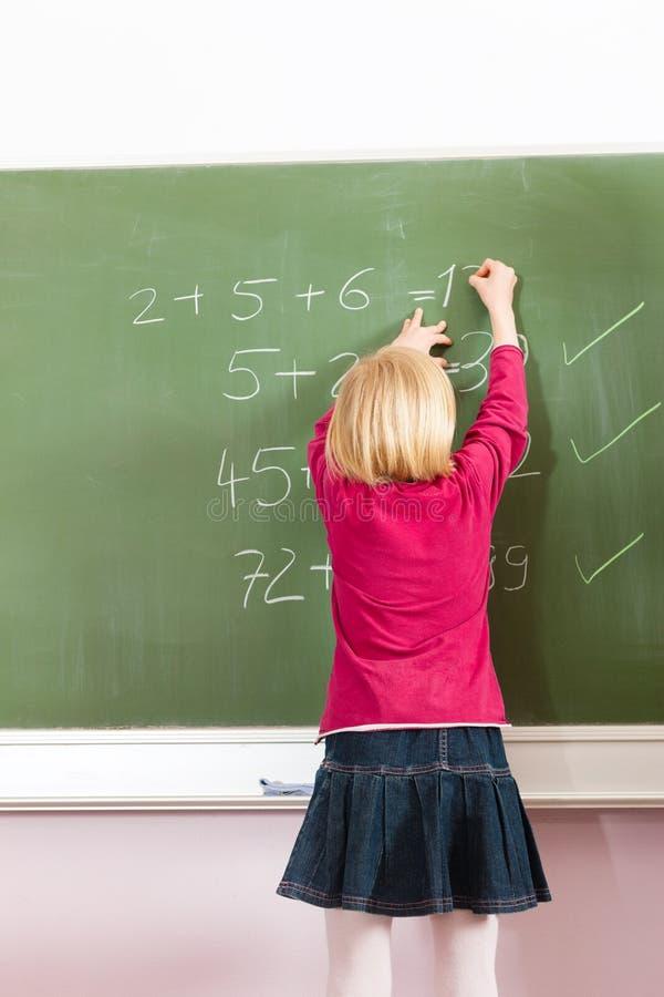 Edukacja - Dziecko przy blackboard w szkole zdjęcia royalty free