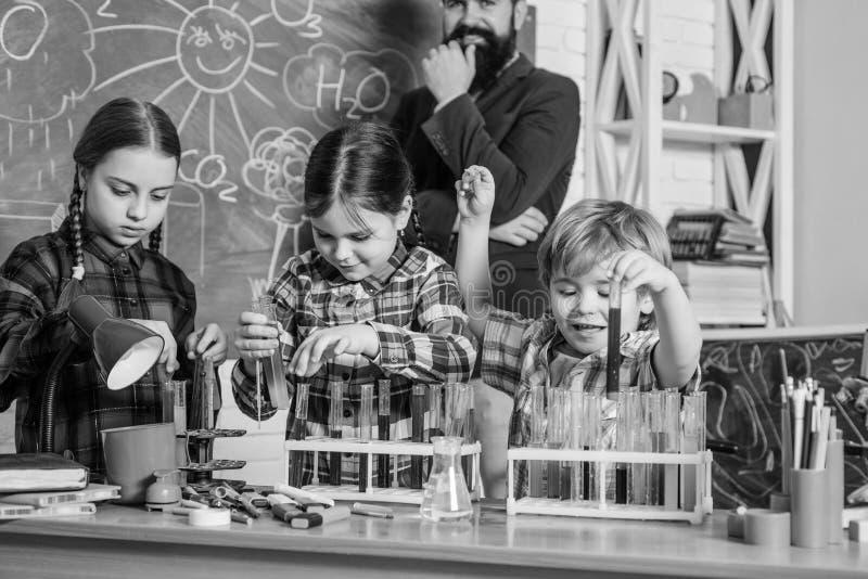edukacja i nauka Chemii lab tylna szko?y Szcz??liwi dzieci Laboratorium badanie - Naukowy projekt Dla zdjęcia royalty free