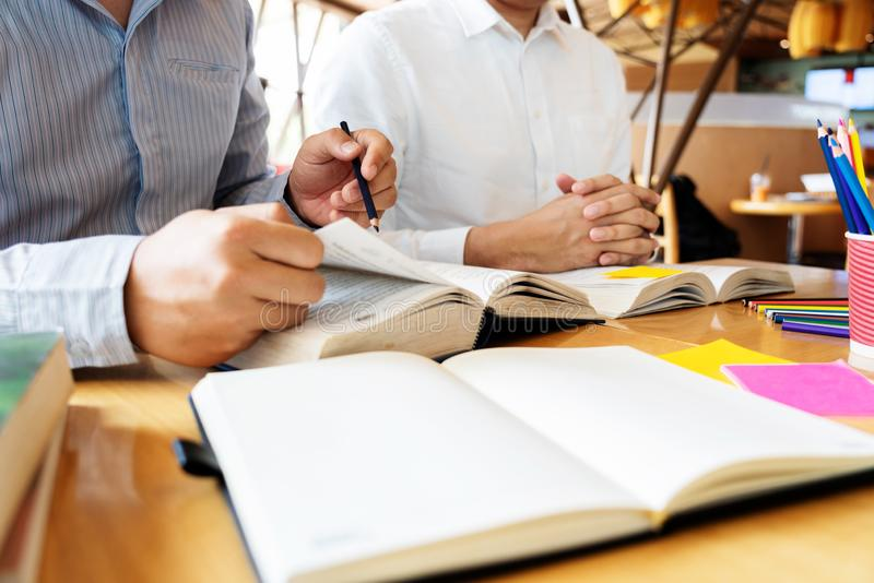 Edukacja i szko?y poj?cie, ucznia kampus pomagamy instytucja przyjaciela ?apaniu w g?r? czytania, egzaminu i uczenie nauczania obrazy royalty free