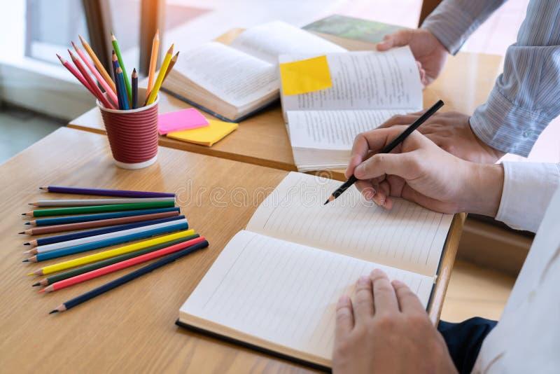 Edukacja i szko?y poj?cie, ucznia kampus pomagamy instytucja przyjaciela ?apaniu w g?r? czytania, egzaminu i uczenie nauczania zdjęcia stock