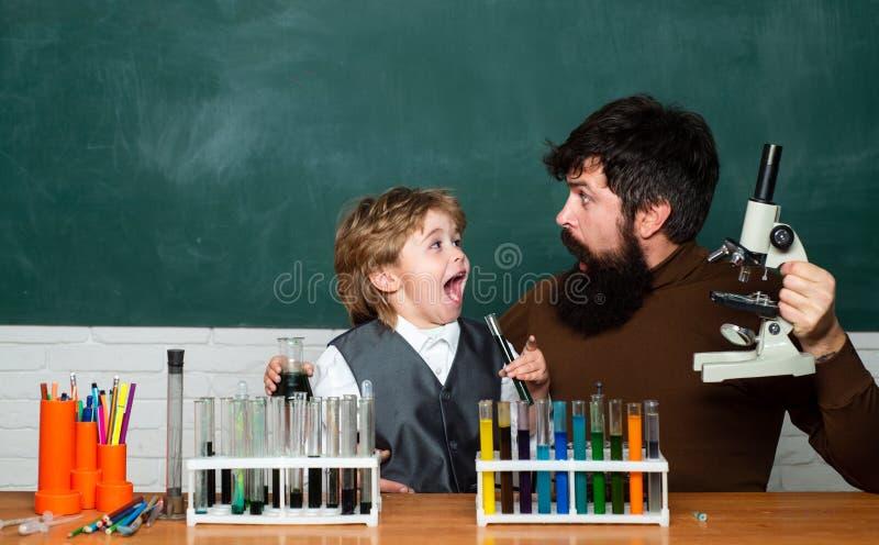 Edukacja i uczenie zaludniamy poj?cie - ma?a studencka ch?opiec i nauczyciel Poj?cie edukacja i nauczanie Podstawowy zdjęcia stock