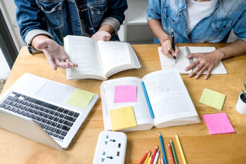 Edukacja, nauczanie, uczenie poj?cie Szko?a ?rednia koledzy z klasy lub ucznie grupuj? adiunkta w bibliotecznym studiowaniu i czy obrazy stock