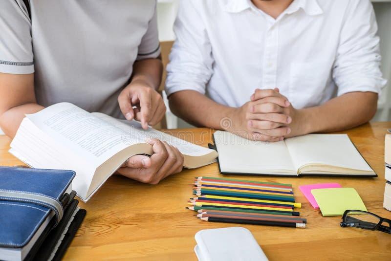 Edukacja, nauczanie, uczenie, technologia i ludzie poj??, Dwa szko?a ?rednia kolegi z klasy z pomoc przyjacielem lub ucznie obraz stock