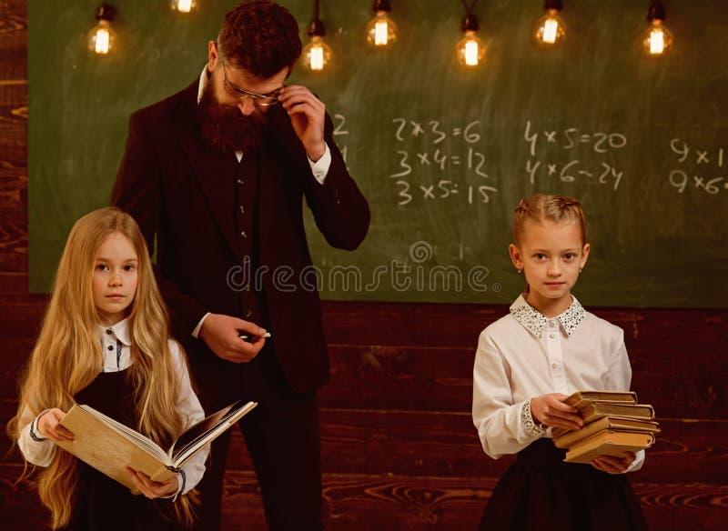 Edukacja edukacja proces przy szkolną lekcją, nauczyciel daje edukaci małe dziewczynki ulepszający zdjęcie stock