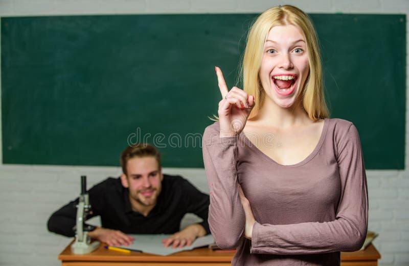 Edukacja przynosi sposobności lepszy życie Ucznie w sali lekcyjnej chalkboard tle Równy swobody i dobra człowieku obrazy royalty free