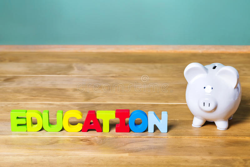 Edukacja temat z białym prosiątko bankiem zieleni chalkboard i obrazy royalty free