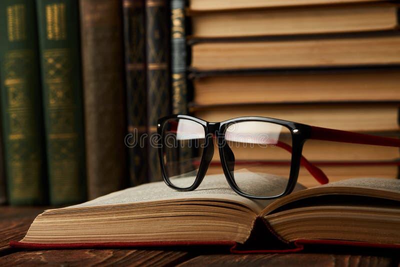 Edukacja uczenie pojęcie z rozpieczętowaną książką i szkłami w starym l obraz stock