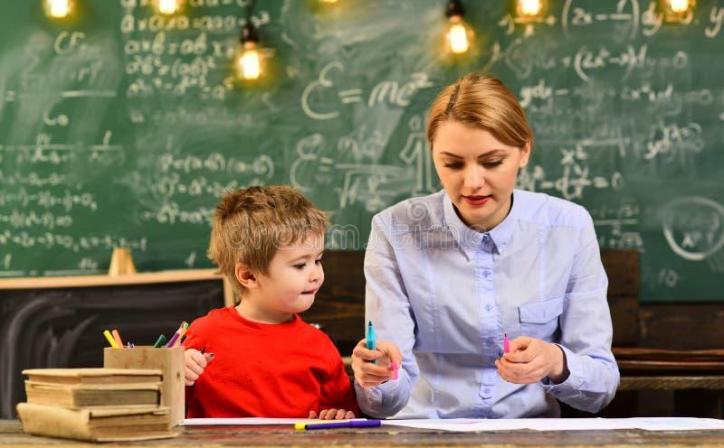 Edukacja uniwersytecki uczenie i ludzie pojęć, modniś rozwiązujemy matematyka egzamin, Pomyślni ucznie jesteśmy przeważnie kreaty obraz stock