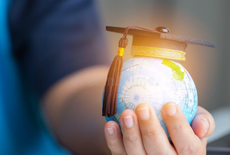 Edukacja w Globalnym, skalowanie nakrętka na biznesmena mienia ziemi obrazy royalty free