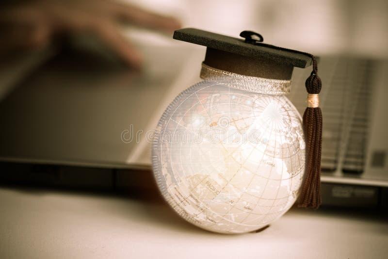 Edukacja w Globalnym, skalowanie nakrętka na wierzchołek ziemi kuli ziemskiej modelu Asja obraz royalty free