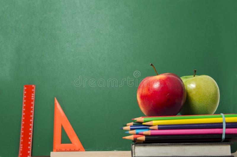 Edukacji pojęcia władcy, jabłka zdjęcie stock