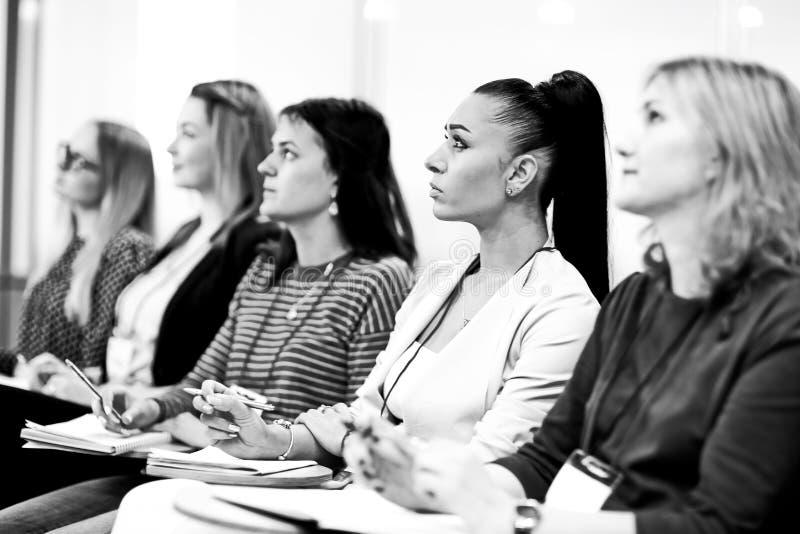 Edukacji prezentacji i konferencji widownia przy konferencją zdjęcia royalty free