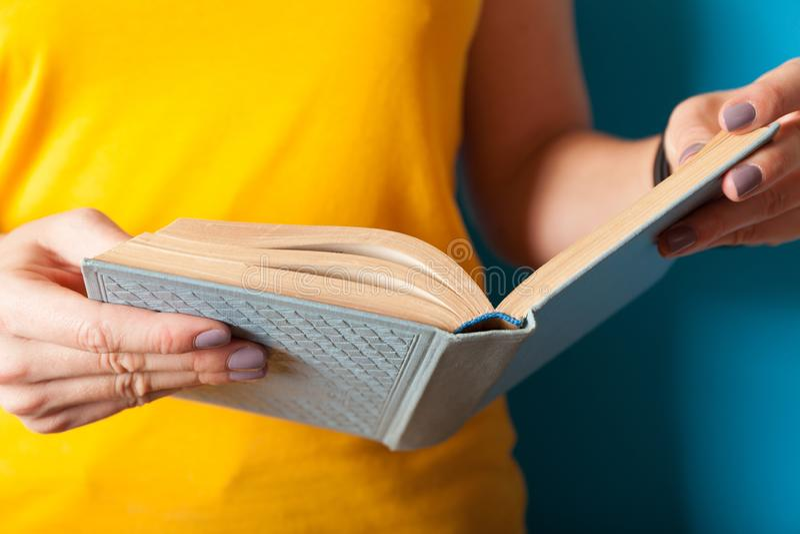 Edukacji styl życia pojęcie, kobieta czyta książkę Wiedza, Uczy si? fotografia royalty free