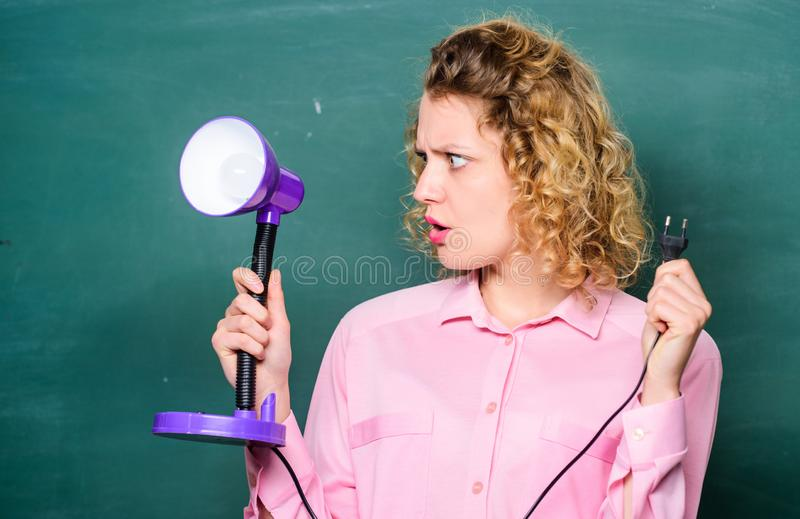 Edukacyjny pomysł studencka dziewczyna pracuje z elektrycznością enlightenment Pomys? i inspiracja nauczyciel z lampą przy obraz stock
