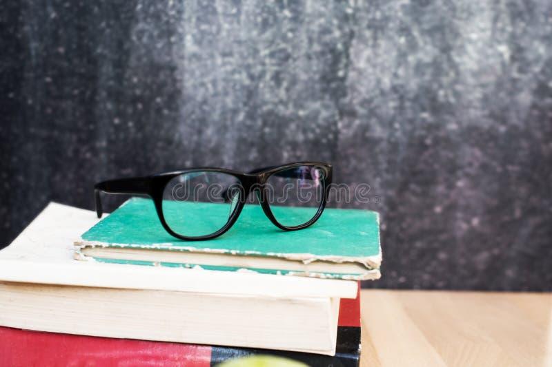 Edukacyjny skład z książkami, szkła i czerń, piszemy kredą zdjęcia stock