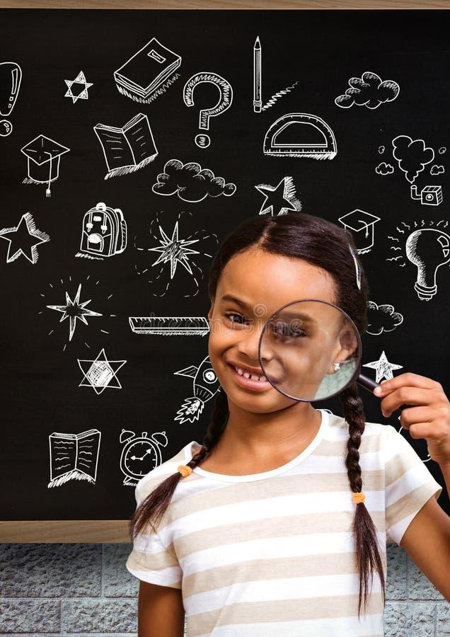 Eduque a menina com lupa e o desenho da educação no quadro-negro para a escola imagens de stock