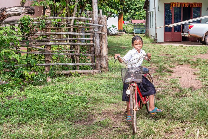 Eduque a menina e a bicicleta em uma vila, Camboja imagem de stock royalty free