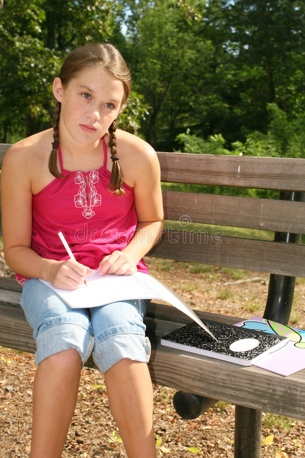 Eduque a menina que trabalha em trabalhos de casa difíceis foto de stock royalty free