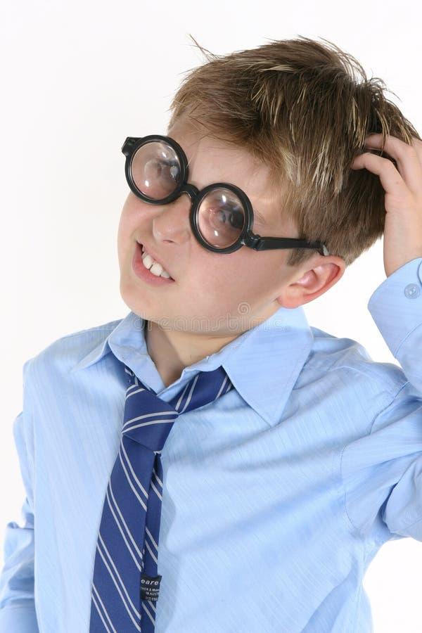 Eduque o estudante em espetáculos cómicos e em uma expressão do confusedl fotografia de stock