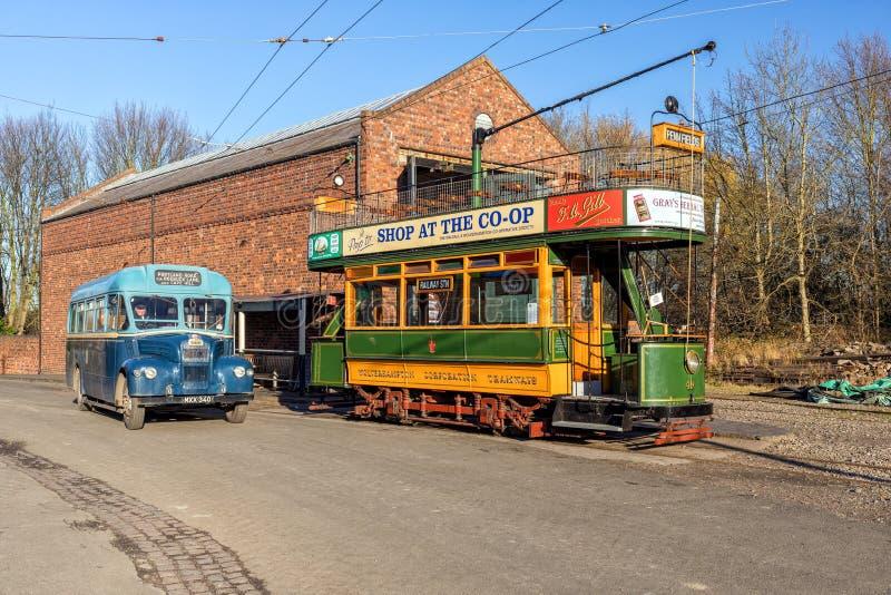 Edwardian Dwoistego Decker tramwaj i 1930s Pasażerski autobus, Czarnego kraju Żywy muzeum fotografia royalty free