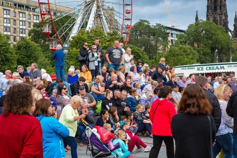 Edynburg krana festiwalu tłumów zegarka artyści estradowi obrazy royalty free