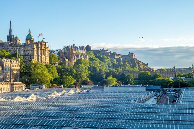 Edynburg linia horyzontu i waverley stacja w Scotland zdjęcie royalty free