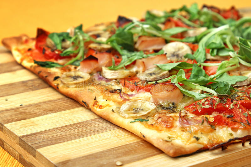 EDZR - Pizza del formaggio, della banana e del arugula immagine stock libera da diritti