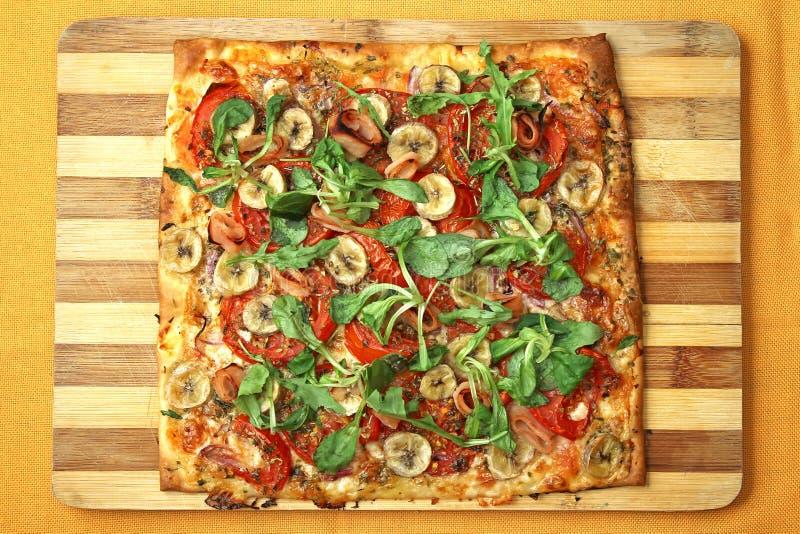 EDZR - Pizza do queijo, da banana e do arugula fotografia de stock