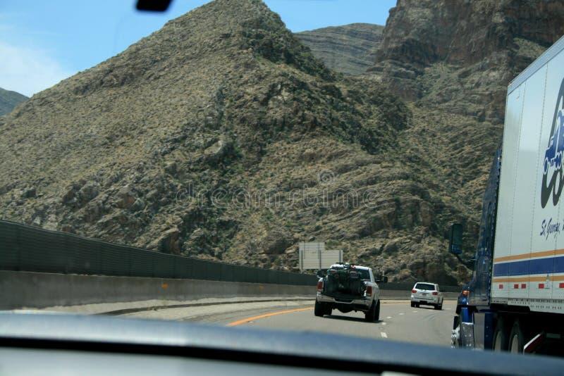 EE.UU. Montañas grises Nevada Barranco cruzado de la carretera Estructura geol?gica Acantilados y rocas foto de archivo