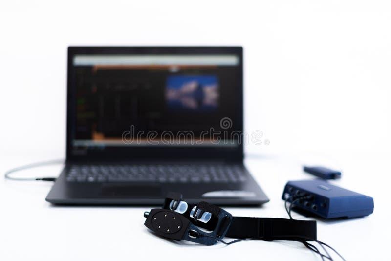 EEG neurofeedback耳机和计算机 在白色背景的脑波记录仪概念 免版税库存照片