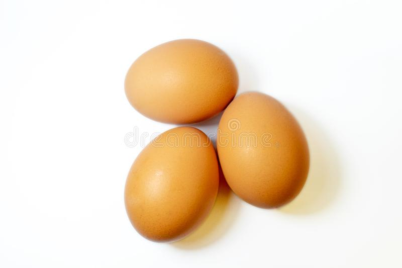 3 eegs marrons no fundo branco foto de stock