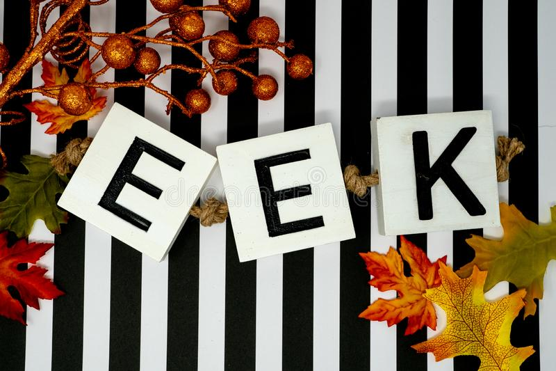 Eek zwrota Halloweenowi listy na zabawa lampasa czarny i biały backg obraz stock