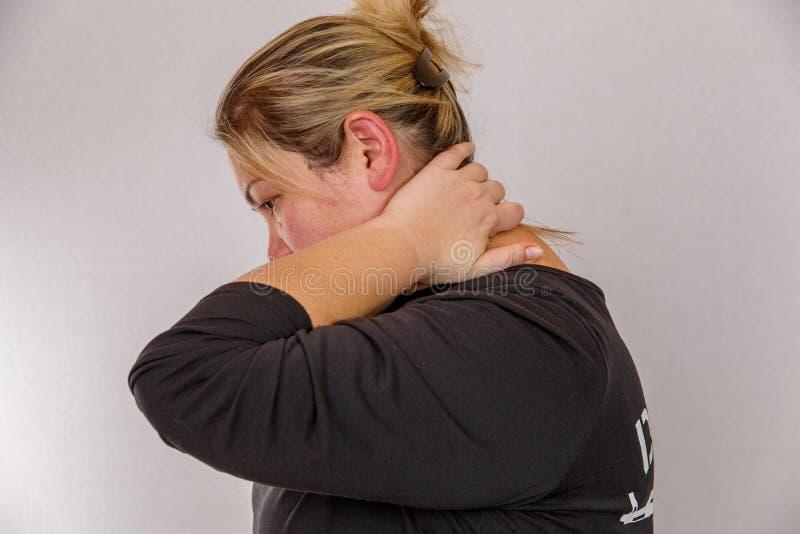 Een 38 éénjarigen Kaukasische vrouw met te zwaar en hormonaal defect toont haar lichaam met cellulite en vet Op een geïsoleerd li royalty-vrije stock afbeeldingen
