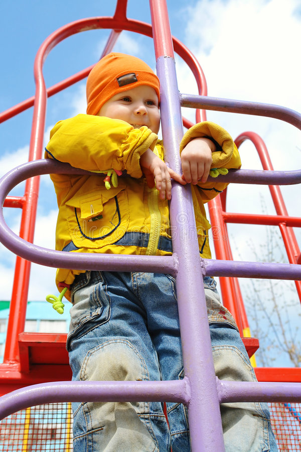 Een 3 éénjarigenjongen op ladder royalty-vrije stock foto