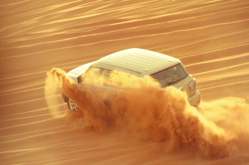 Een aandrijvingsauto met 4 wielen in actie in een reis van de woestijnsafari in de Doubai-V.A.E op 21 Juli 2017 royalty-vrije stock fotografie