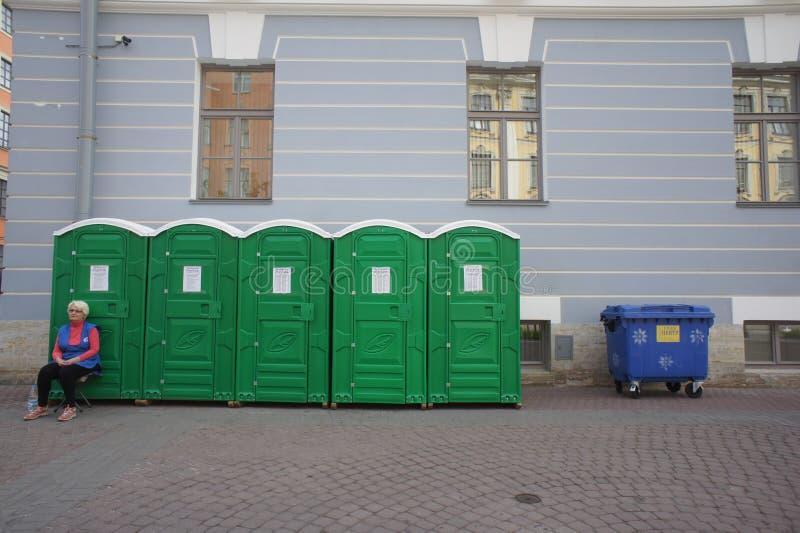 Een aantal bio-toiletten op de straten van mooie oude Europese stad stock foto