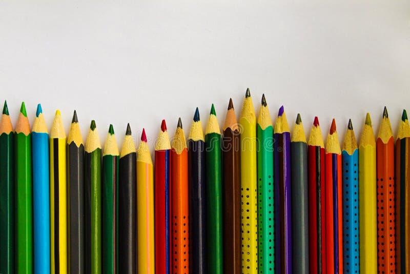 Een aantal kleurenpotloden royalty-vrije stock afbeelding