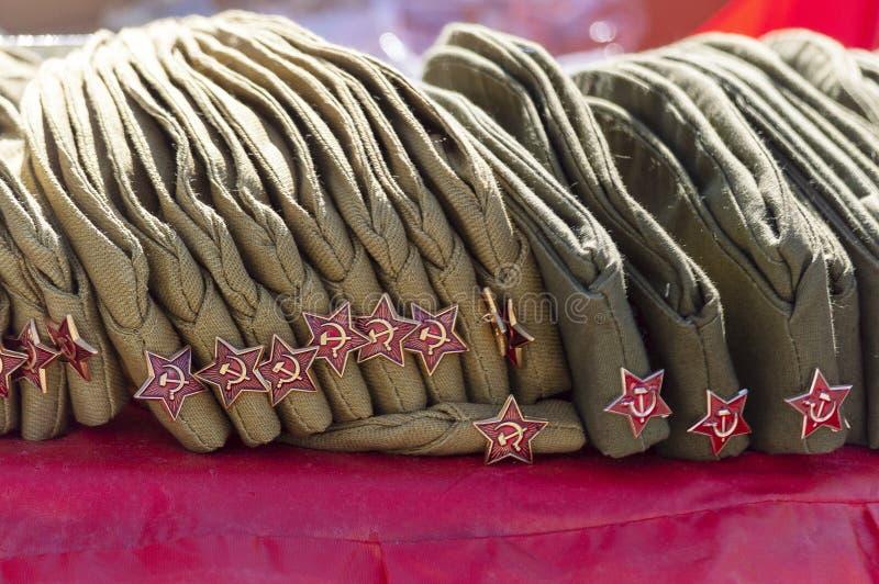 Een aantal militairuitrustingen in verschillende kleuren kaki op de lijst stock afbeelding