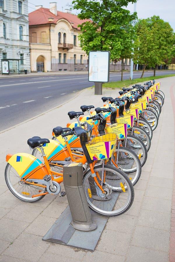Een aantal mooie fietsen worden gehuurd op de straat Vilnius, Litouwen stock afbeelding