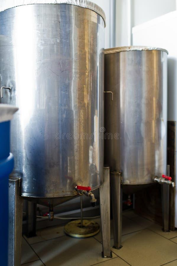 Een aantal staaltanks voor het mengen van vloeistoffen Roestvrij staal, de voedselindustrie stock foto