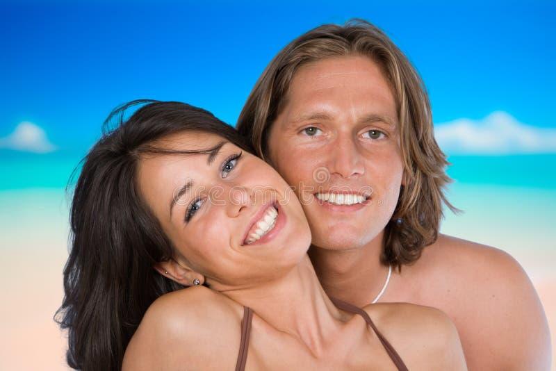 Een aantrekkelijk paar op het strand royalty-vrije stock foto's