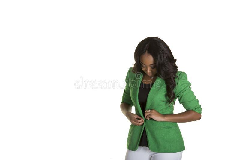 Een aantrekkelijk wijfje die omhoog haar bedrijfsjasje dichtknopen stock foto's