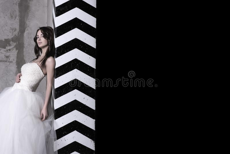 Een aantrekkelijke jonge vrouw in een baltoga met naakte schouders royalty-vrije stock foto