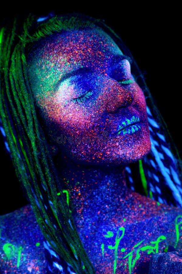 Een aantrekkelijke jonge vrouw met ongebruikelijke ultraviolette samenstelling royalty-vrije stock afbeeldingen